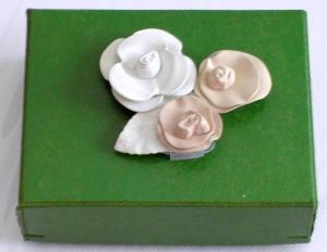 Geschenkbox grün lackiert mit Porzelanblümchen